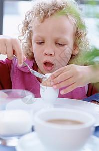 正在吃早餐的女孩图片
