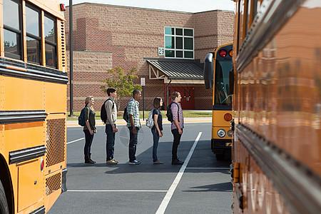 中学生排队等校车图片