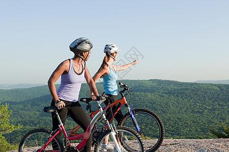 两名女自行车手图片