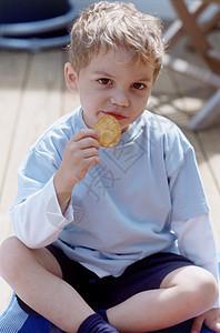 吃薯片的男孩图片