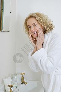 浴室的女人图片