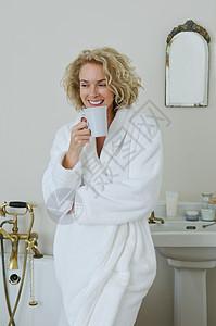 在浴室喝咖啡的女人图片