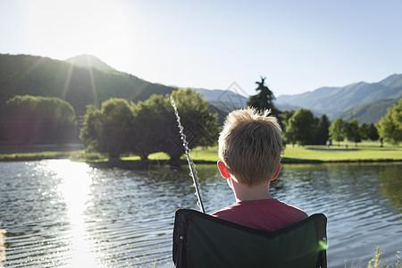 美国犹他州华盛顿州立公园后视图小男孩钓鱼图片