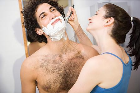 帮男人刮胡子的女人图片