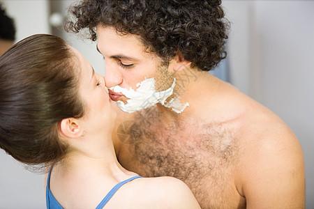 女人用剃须泡沫吻男人图片