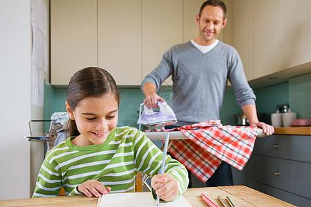 父亲一边烫衣服一边看着女儿上色图片