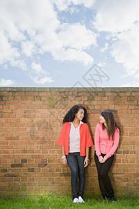 两个十几岁的女孩图片