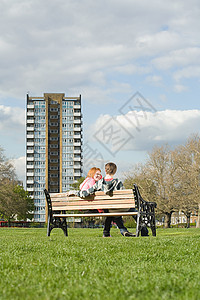 坐在长椅上的年轻夫妇图片