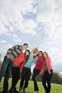 公园里的青少年们图片