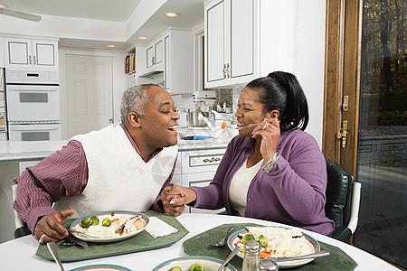 一对成熟的夫妇正在享受一顿饭图片