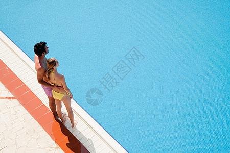 站在池边的年轻夫妇图片