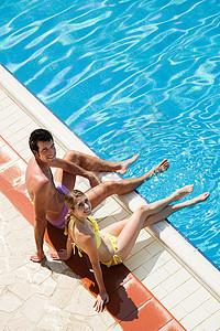 坐在池边的年轻夫妇图片