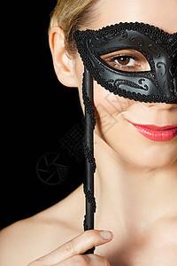 戴黑面具的金发女郎图片