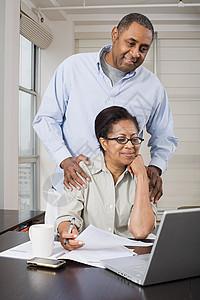 做家庭财务的夫妇图片