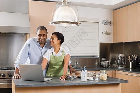 带笔记本电脑的厨房情侣图片