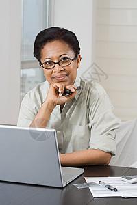 做家庭财务的女人图片