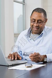做家庭财务的人图片