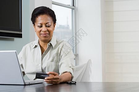 带笔记本和信用卡的女人图片