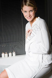浴盆上穿着浴衣的年轻女子的肖像图片