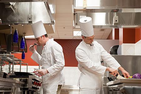 厨师在商业厨房准备食物图片