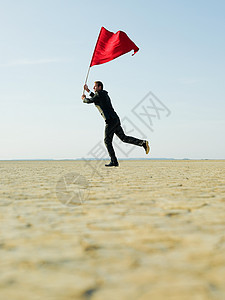 商人挥舞着红旗图片