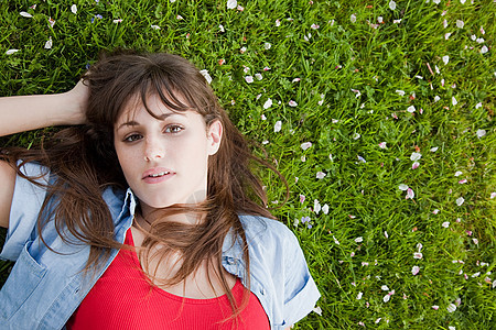 躺在草地上的年轻女子图片