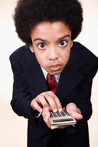 一个使用计算器的男孩图片