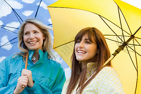 两个带伞的年轻女人图片