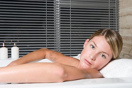 躺在浴缸里的年轻女子图片