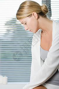 坐在浴缸边上的年轻女子图片