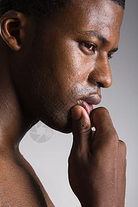 一个思考的男人的肖像图片