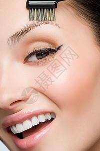 刷眉毛的女人图片