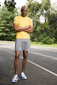 双臂交叉的跑步者图片