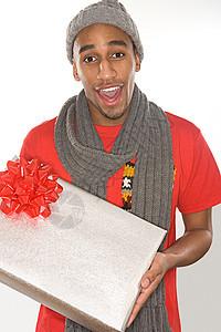 拿着礼物的年轻人图片