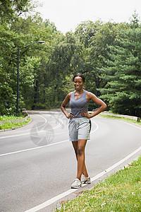 公路上的跑步者图片