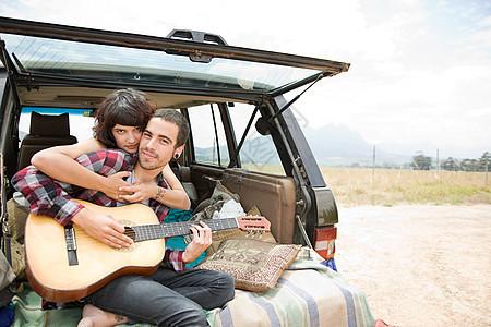 带吉他的年轻夫妇图片