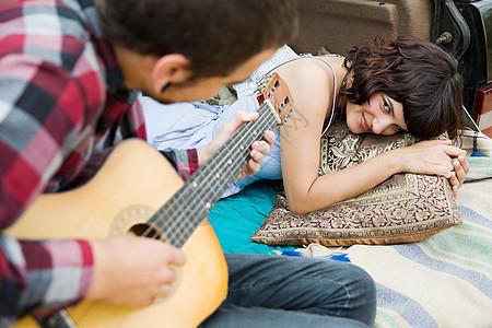 年轻人给女朋友弹吉他图片