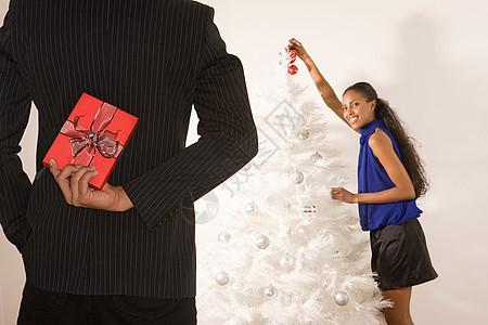 把圣诞礼物藏在背后的男人图片