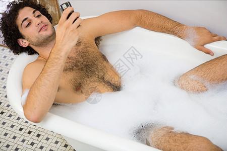 在浴室里用手机的人图片