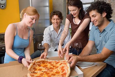 分享披萨的朋友图片