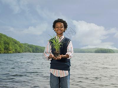 一个拿着草的男孩图片