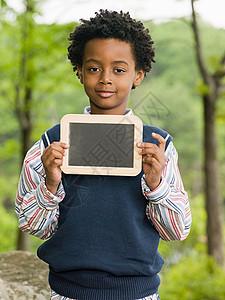 拿着黑板的男孩图片