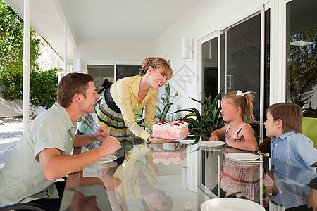 家人吃生日蛋糕图片