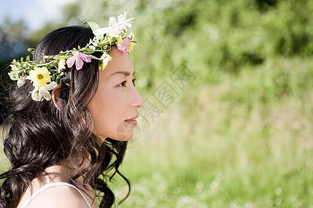 戴花头饰的女人图片