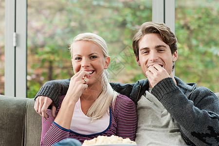 看电视的年轻夫妇图片