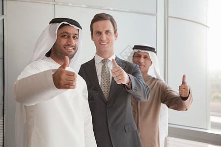 中东和西方商人竖起大拇指图片