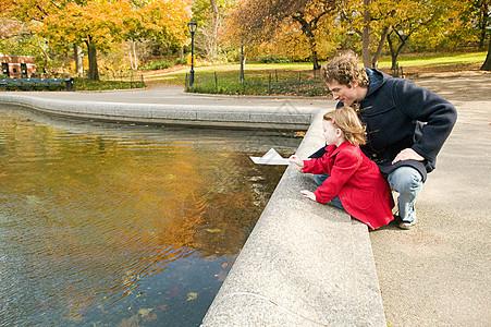 池塘边的父女图片