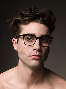 戴眼镜的年轻人图片