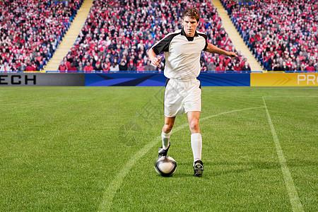 足球运动员踢足球图片