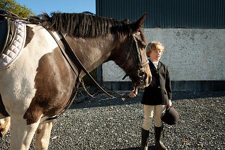 牵着马缰绳的男孩图片